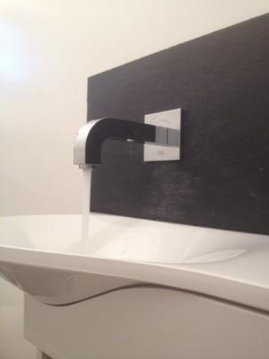Installation d'un lave-main avec robinet mural automatique